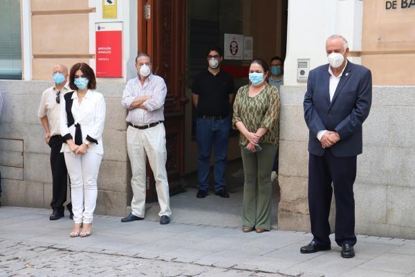 Minuto de silencio en la Diputación de Badajoz por los fallecidos por el COVID-19