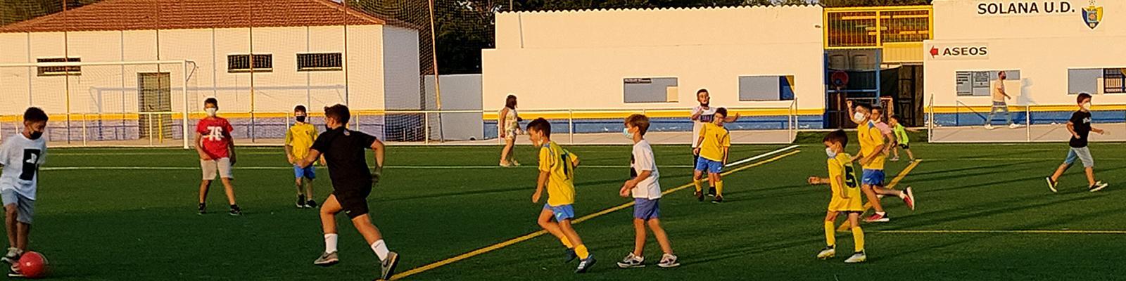Solana de los Barros ya dispone de un campo de fútbol de césped artificial fruto del