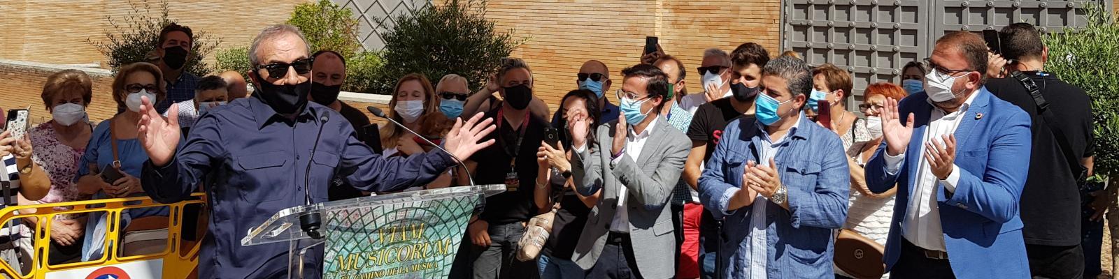 El presidente de la Diputación entrega la estatuilla 'StoneM' al cantante José Luis Perales