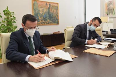 Imagen de la noticia: La Diputación de Badajoz y MicroBank firman un co ...