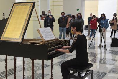Imagen de la noticia: Alumnos y una profesora del Conservatorio Superior ...