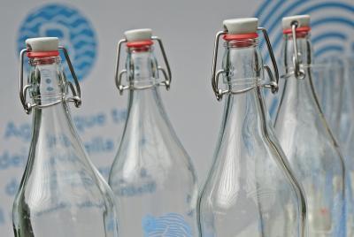 Imagen de la noticia: Botellas y vasos de vidrio para promover el consum ...