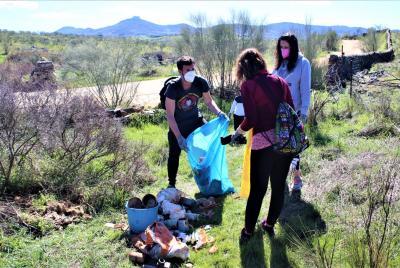 Imagen de la noticia: Voluntarios retiran 400 kilos de basura abandonada ...