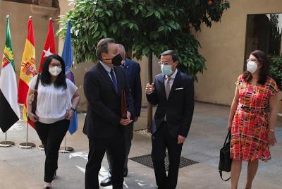 Imagen de la noticia: El embajador de Cuba aborda proyectos de cooperaci ...