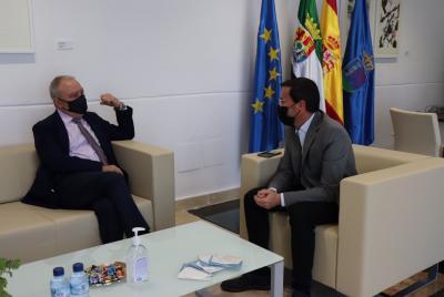 Imagen de la noticia: El presidente de la Diputación de Badajoz se reú ...