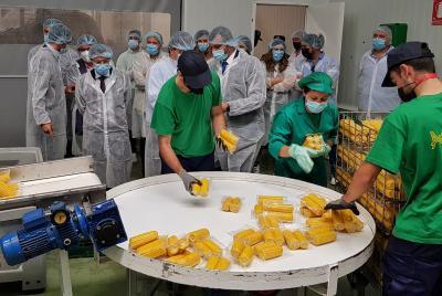Imagen de la noticia El presidente de la Diputación visita la fábrica de maíz ?>