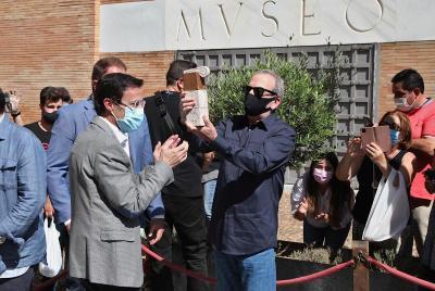 Imagen de la noticia: El presidente de la Diputación entrega la estatui ...